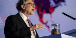 Bill Gates sahneye dışkı kavanozuyla çıktı