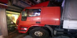 Freni boşalan kamyon ortalığı savaş alanına çevirdi