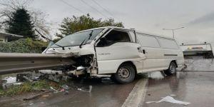 Gebze de minibüs demir bariyerle saplandı: 1 yaralı