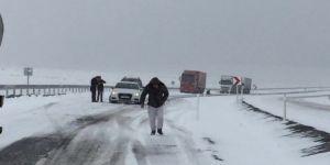 Kar ve tipiden dolayı araçlar yolda mahsur kaldı