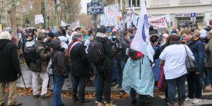 Hemşirelerden hükümet karşıtı protesto