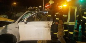 Kontrolden çıkan otomobil halk otobüsü ile çarpıştı: 1 ölü, 4 yaralı