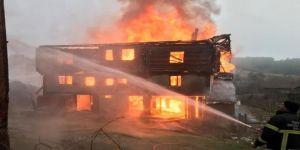 3 katlı ahşap ev yandı