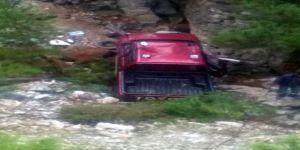 Kamyonet uçuruma yuvarlandı: 1 ölü, 1 yaralı