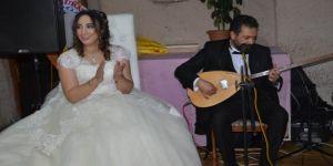 Düğünde damat çaldı, konuklar oynadı