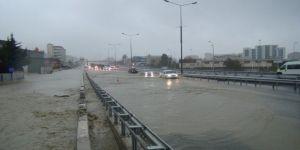 Aşırı yağış felç etti: Araçlar güçlükle ilerliyor