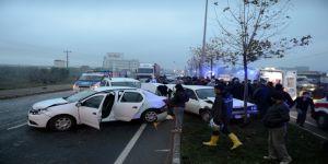 5 aracın karıştığı 8 kişinin yaralandığı zincirleme kazadan hafif yaralanarak kurtulan sürücüyü vatandaşlar ikna etti