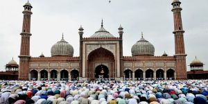 Açık alanda namaz kılan Müslümanlara uyarı