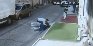 Kaldırımda oturan adamın üstüne reklam panosu düştü