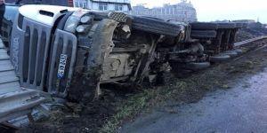 Zincirleme kazada hafriyat kamyonu devrildi