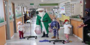 Nasreddin Hoca, yeni yılda kanser hastası çocukları sevindirdi