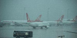 Uçak seferlerine kar yağışı engeli