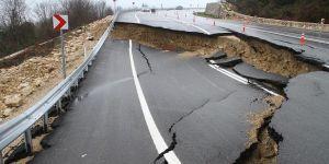 Heyelan nedeniyle yol trafiğe kapatıldı