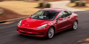 Tesla, bilgisayar sistemini hackleyene otomobil hediye edecek