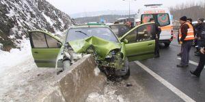 Otomobil beton bariyerlere çarptı