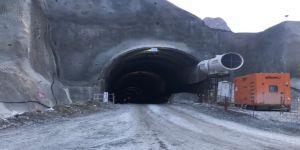 Tünel çalışmasında üzerine kaya düşen 2 işçi yaralandı