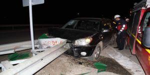 Otomobil bariyerlere çarptı; 2 yaralı