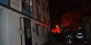 Ev yangını mahalleliyi sokağa döktü