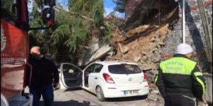 Beykoz'da duvar çöktü, iki araç altında kaldı