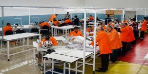 Cezaevinde mahkumlar hem meslek öğreniyor hem para kazanıyor
