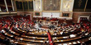"""Fransız milletvekili Sebastien Nadot, hükümetin Yemen konusundaki sessizliğine ve Suudi Arabistan'a silah satışına Ulusal Mecliste açtığı """"Fransa Yemen'de öldürüyor"""" yazılı pankartla tepki gösterdi."""