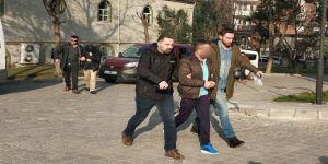 Okul bahçesinde öğretmenin otomobiline tüfekle saldıranlar tutuklandı