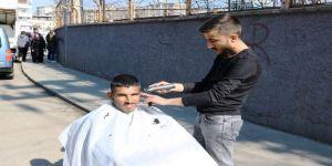 'Gönül Berberliği' İle Engelli Vatandaşları Sokak Ortasında Tıraş Etmeye Başladı