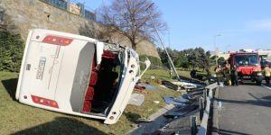 Bayrampaşa'da servis minibüsü devrildi: 11 yaralı