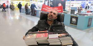 Tekerlekli sandalyede yazdığı kitapların Almanya'ya ulaşmasını istiyor