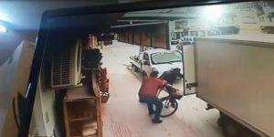Marketten Çıkan Adamla Kaldırımda Seyreden Bisikletli Böyle Çarpıştı