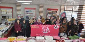 Bitlisli Kadınlar Hem Eğlendi Hem De Acı Biber Yiyerek Yarıştı