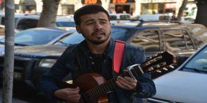 Sokak Müziği Yaparak Harçlığını Çıkarıyor