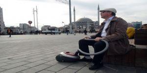 Elektrikli Süpürgesini Aldı Taksim'e Çıktı