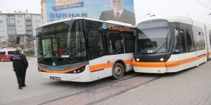 Tramvay İle Halk Otobüsü Çarpıştı