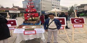 Minikler Şehidin Mezarından Aldıkları Toprakla Türk Bayrağı Yaptı