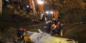 İzmir'deki Göçük Faciasında Ulaşılan İkinci İşçinin Cansız Bedeni Enkazdan Çıkarıldı