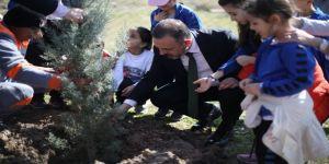 Başkan Adayı Ercan, Orman Haftası Dolayısıyla Vatandaşlara Fidan Dağıttı