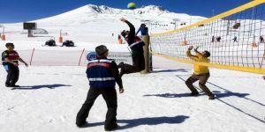 Kar Voleybolu Erciyes'te Halka Yayılıyor