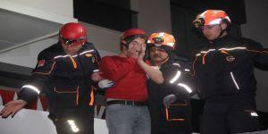 Asma Tavanı Çöken Markette Mahsur Kalan İki Kişi Kurtarıldı