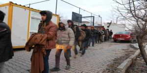 Koltuksuz minibüste yolculuk yapan 40 kaçak göçmen yakalandı
