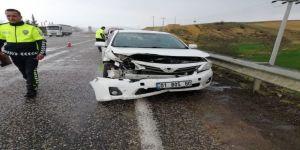 Gölbaşı'nda Otomobil Bariyere Çarptı
