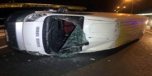 Sarıyer'de Lastiği Patlayan Panelvan Minibüs Devrildi: 2 Yaralı