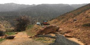 Heyelan Grup Köy Yolunu Kapattı, Seçmenler Yolda Kaldı