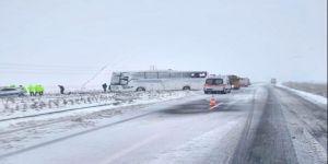 Yolcu Otobüsü Refüje Devrildi: 1 Ölü, 17 Yaralı