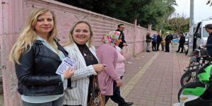 Rus Gelin, Muhtar Adayı Kayınvalidesi İçin Oy İstedi