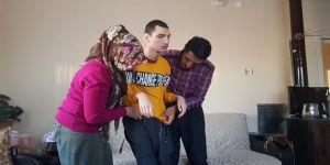 Fedakar Anne-baba Mahmut'un Hayata Tutunmasına Yardımcı Oluyor