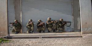 Mehmetçik Afrin'de terörist sızmalarına geçit vermiyor