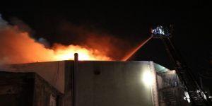 İki Binanın Çatısı Alev Alev Yandı