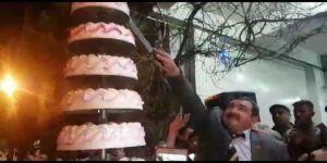 Seçim zaferini 9 katlı pasta ile kutladı