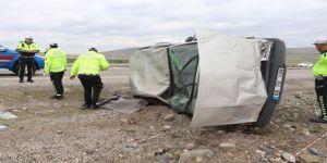 Düğün konvoyunda otomobil takla attı: 1 ölü